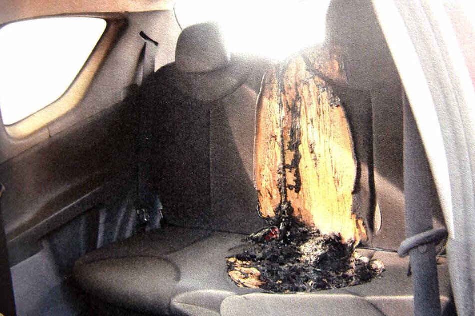 Totalschaden! Den Wagen seiner Verflossenen steckte er aus Wut in Brand. Der Rücksitz schmorte zusammen.