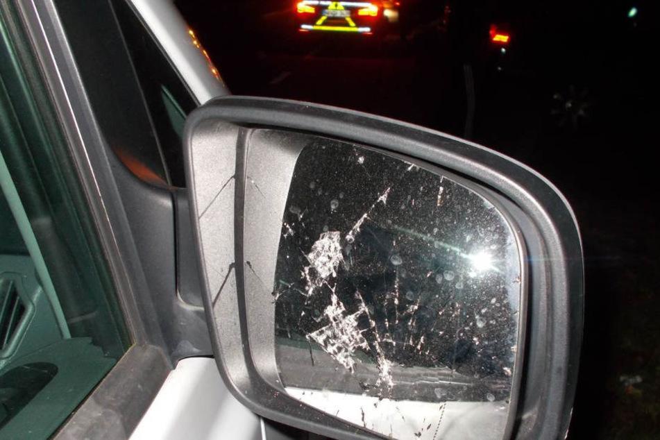 Auch der Außenspiegel eines Daimler-Benz Vito wurde zerstört.