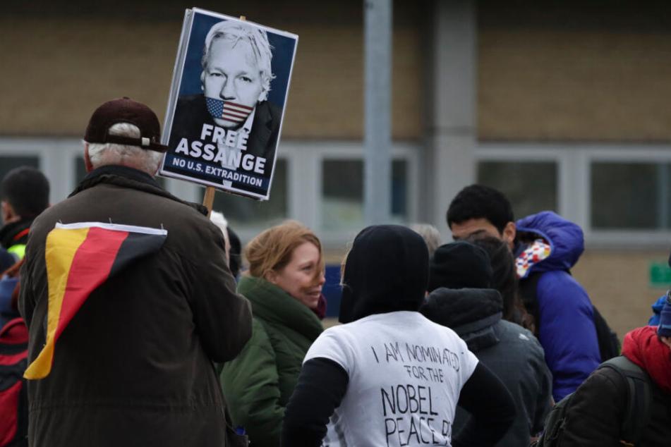 """Ein Unterstützer hält ein Schild mit der Aufschrift """"Free Assange"""" vor dem Belmarsh Magistrates Gericht in London. Dort fand am Montag die erste Anhörung zum Auslieferungsverfahren von des Wikileaks-Gründers Assange statt."""