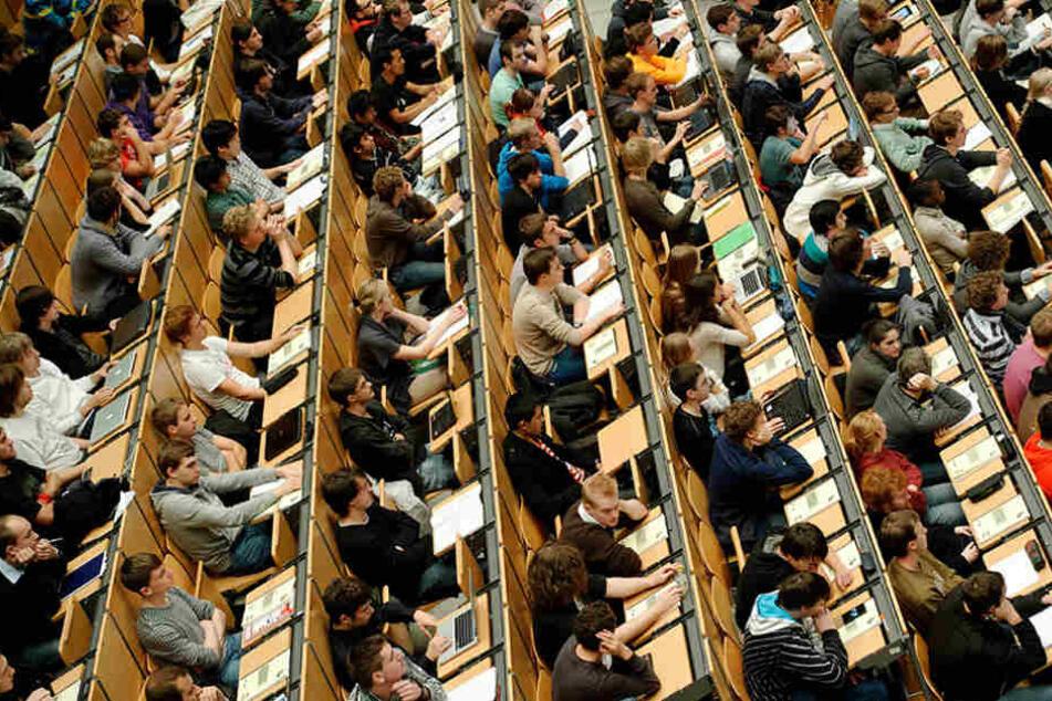 Studenten dicht an dicht bei einer Vorlesung.