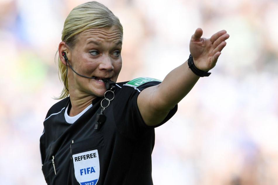 Für Schiedsrichterin Bibiana Steinhaus war es die Premiere in der Bundesliga.