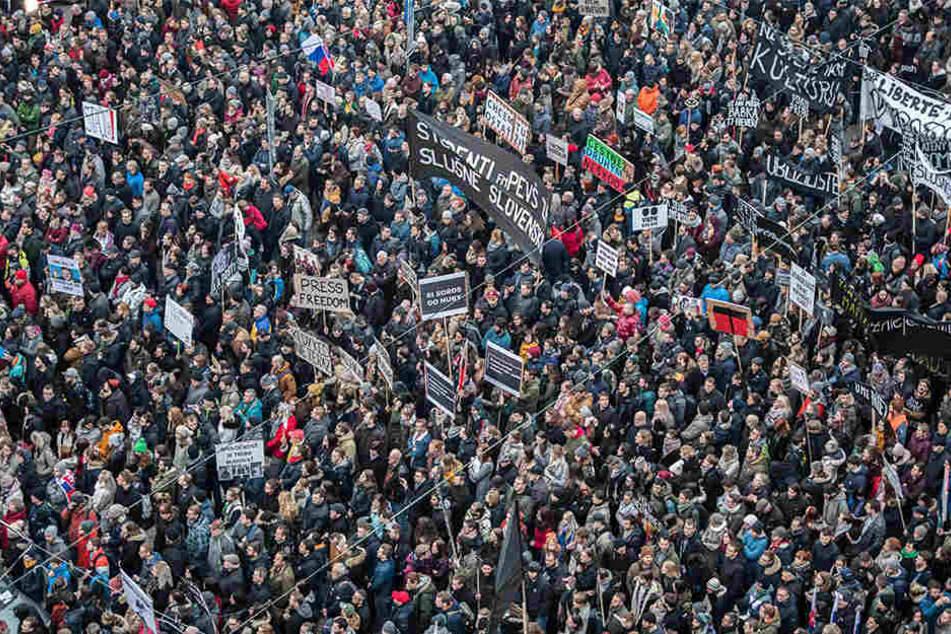 Die Demonstranten fordern außerdem eine eingehende Untersuchung des Mordes des slowakischen Enthüllungsjournalisten Kuciak und seiner Verlobten Kusnirova, die am 25.02.2018 erschossen aufgefunden wurden.