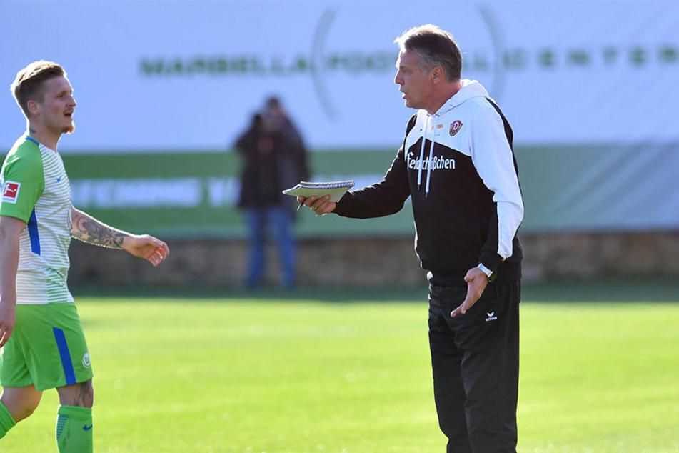 Nach dem 1:2 gegen den VfL Wolfsburg im Trainingscamp in Marbella stellte Dynamo-Trainer Uwe Neuhaus (r.) seinen ehemaligen Schützling Marvin Stefaniak zur Rede. Der hatte zuvor einen zweifelhaften Elfmeter rausgeholt.