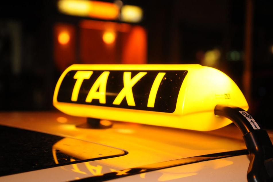 Der Taxifahrer wurde in ein Krankenhaus gebracht.