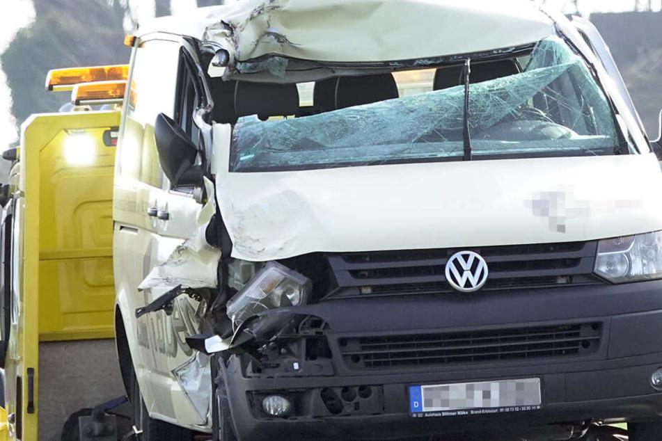 Kleinbus kracht auf Laster: Drei Kinder verletzt