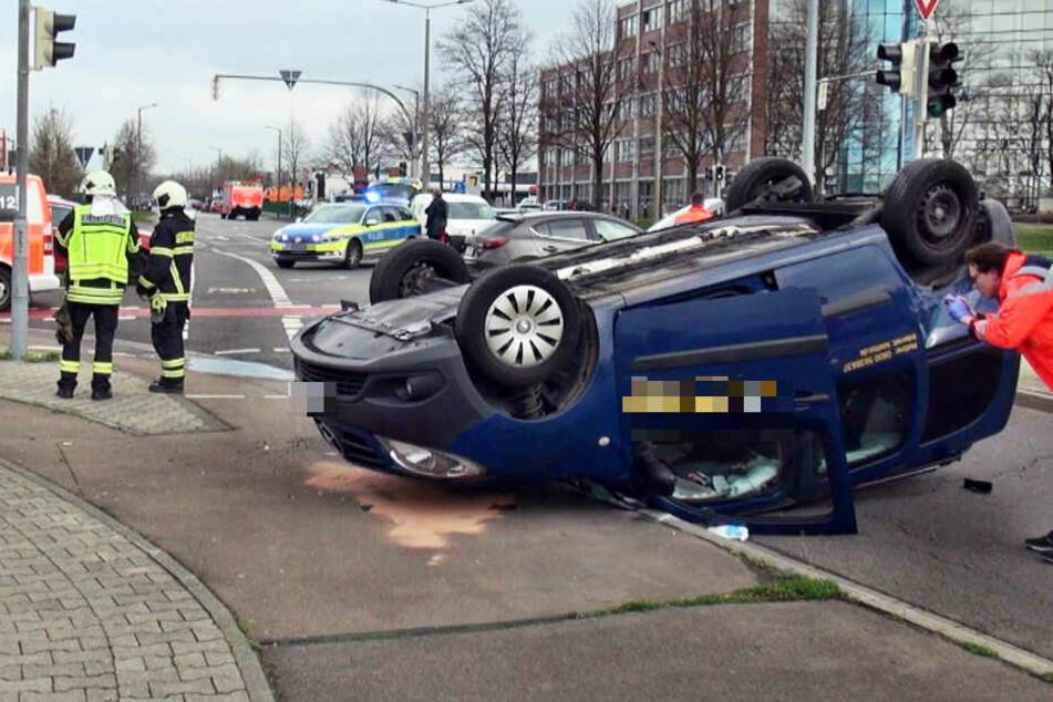 Autos krachen zusammen, Mercedes überschlägt sich und landet auf Dach