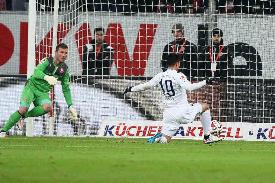 Februar 2015: Aue gewann in Düsseldorf 3:2 - mit Clemens Fandrich in der Startelf. Hier erzielte Bobby Wood (r.) gegen Michael Rensing das 1:0.