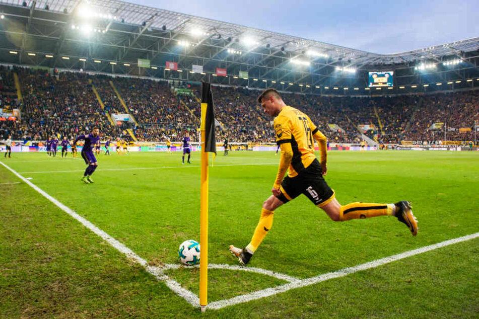 Philip Heise führt vor großer Kulisse einen Eckball für Dynamo Dresden am 3. Dezember 2017 beim 4:0-Sieg gegen Erzgebirge Aue aus.