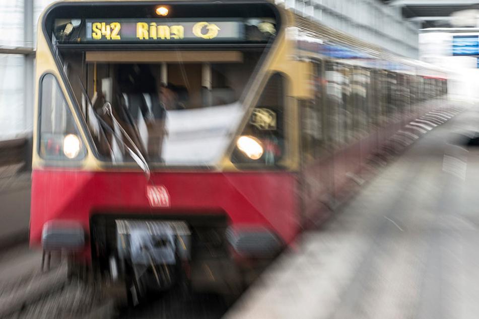 Mann gerät unter S-Bahn und stirbt