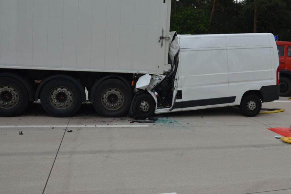 Der Sprinter raste ungebremst in den Lastwagen.