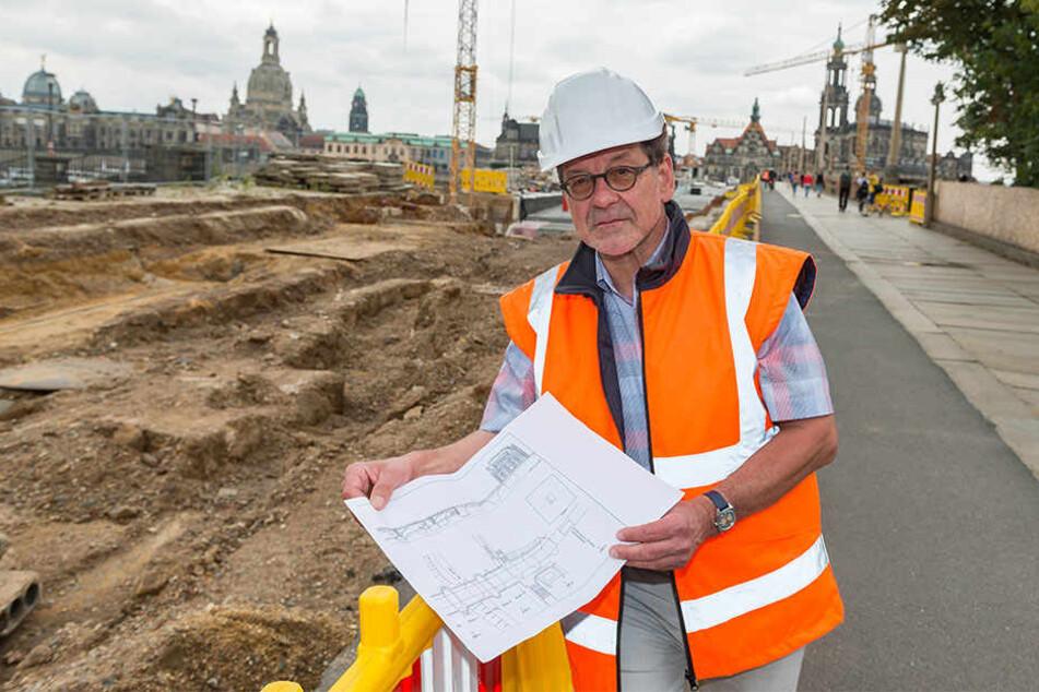 Straßen- und Tiefbauamtschef Reinhard Koettnitz (63) zeigt die Brücken-Pläne. Hinter ihm deutlich zu sehen: Die aufgetauchten Reste der ersten Brücke aus dem Mittelalter.
