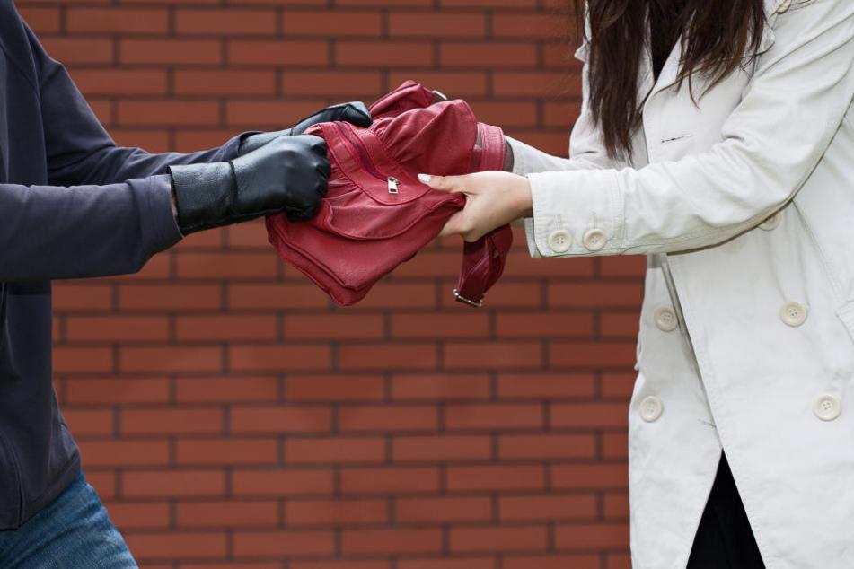 Der unbekannte Räuber versuchte der Frau die Handtasche zu stehlen.
