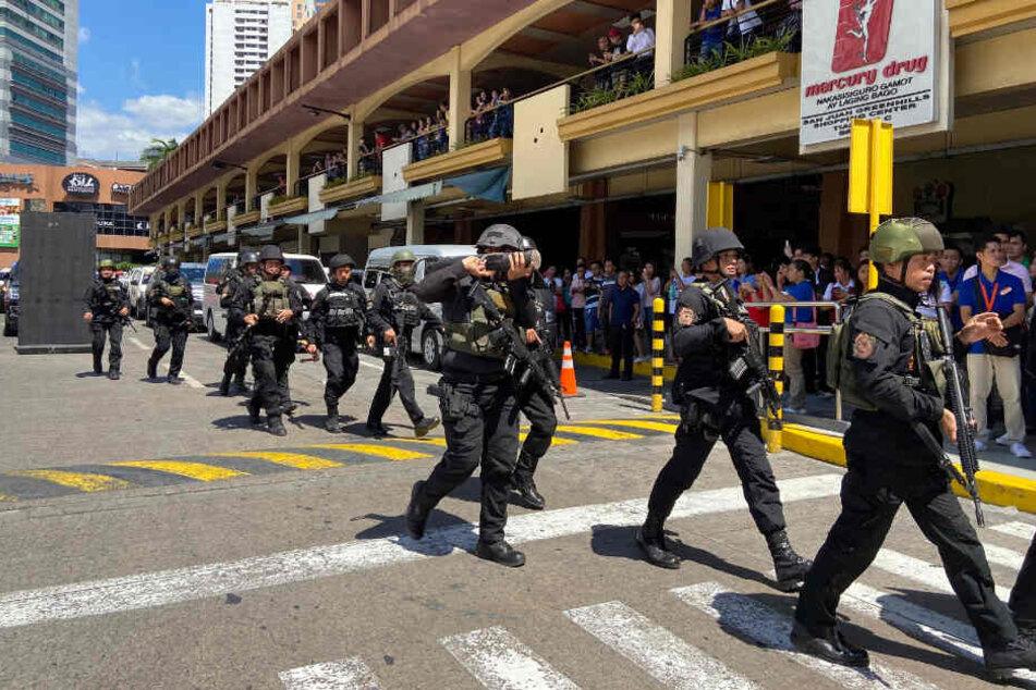 Militärpolizisten rücken bei einem Einkaufszentrum an.