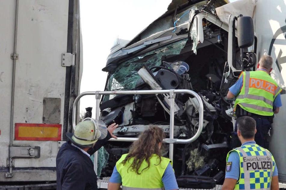 Heftiger Lkw-Crash! Autofahrer rettet sich in letzter Sekunde