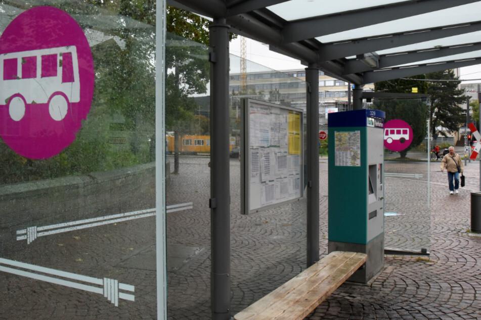 Drei Männer überfallen ihr Opfer brutal an Bushaltestelle