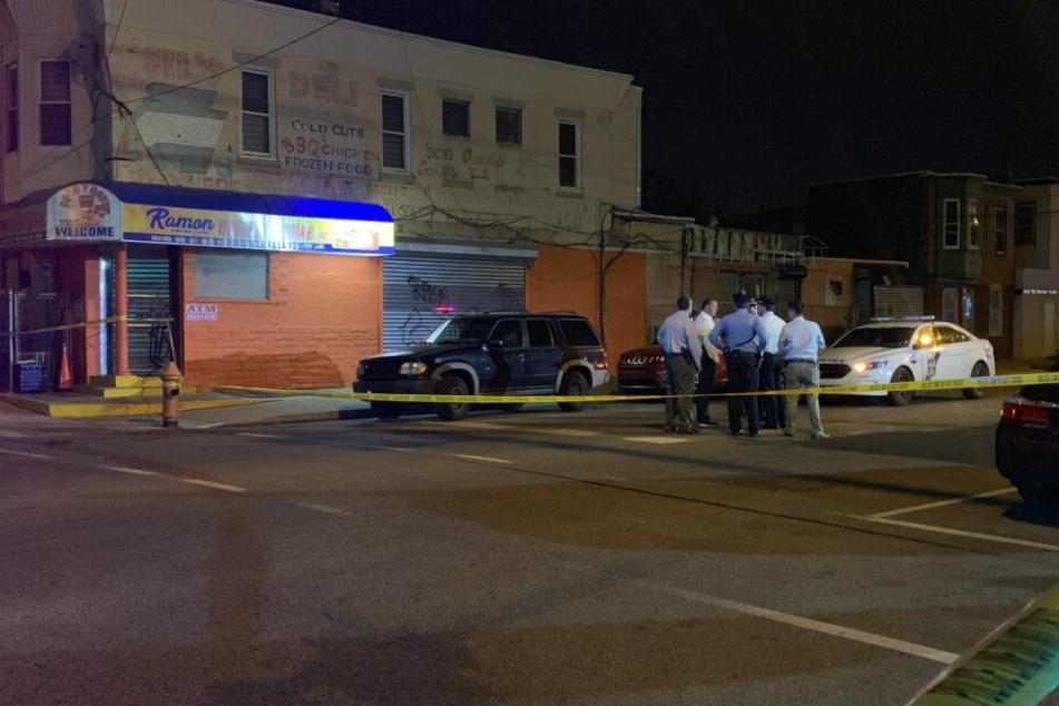Ein Kind wurde im Auto seiner Stiefmutter von vier Kugeln getroffen.