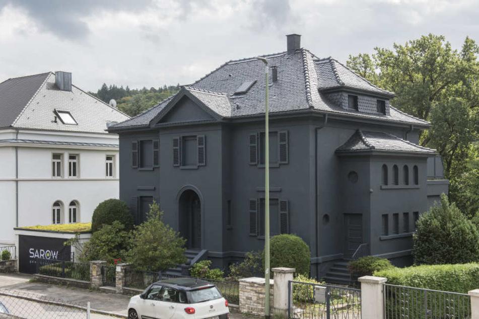 Selbst die Fenster der Villa wurden schwarz angemalt.