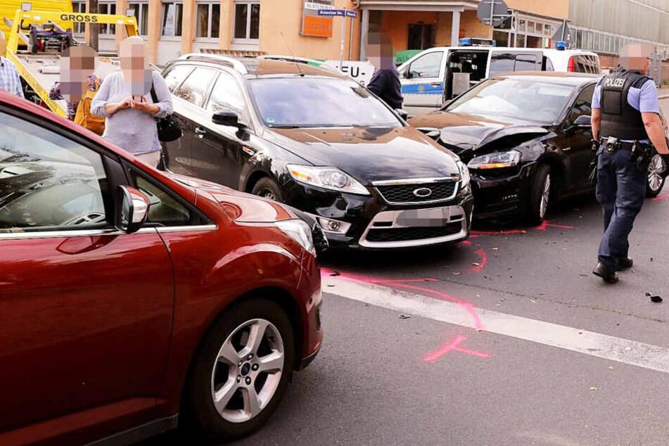 Heftiger Unfall mit drei Autos in Löbtau: komplette Kreuzung dicht