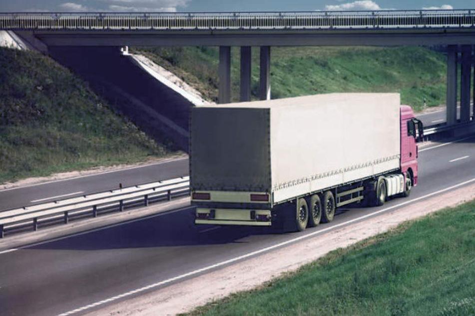 Von einer Autobahnbrücke warfen unbekannte Täter Steine und brachten die Autofahrer in Lebensgefahr. (Symbolbild)