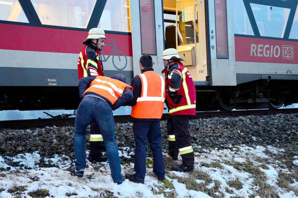Ein 41-jähriger Radfahrer ist von einem Regionalzug erfasst und lebensgefährlich verletzt worden.