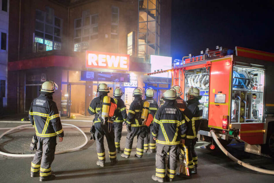 Die Feuerwehr steht vor dem Supermarkt in Hamburg-Schnelsen.