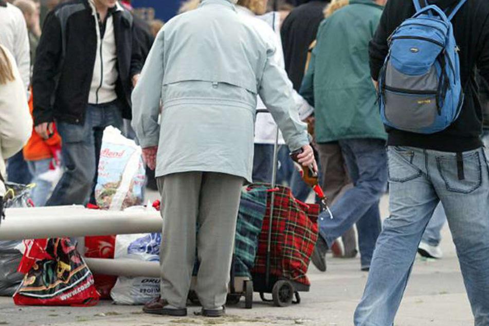 Weil sie Pfandflaschen sammelte: Rentnerin muss 2.000 € zahlen