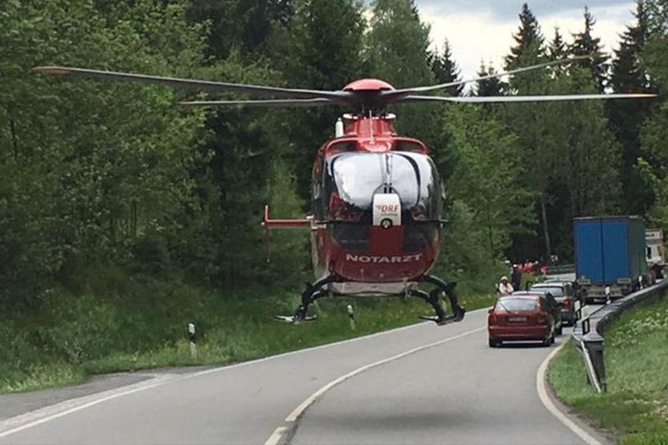 Der 20-Jährige wurde schwer verletzt mit einem Rettungshubschrauber ins Krankenhaus geflogen.