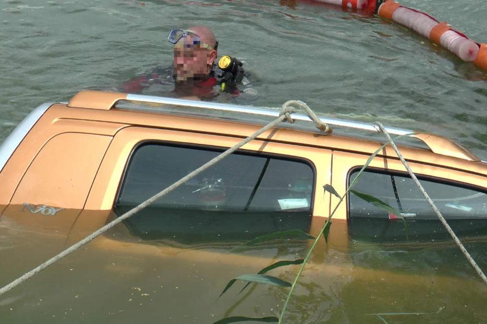 Taucher unterstützten die Feuerwehr bei der Bergung des Autos.