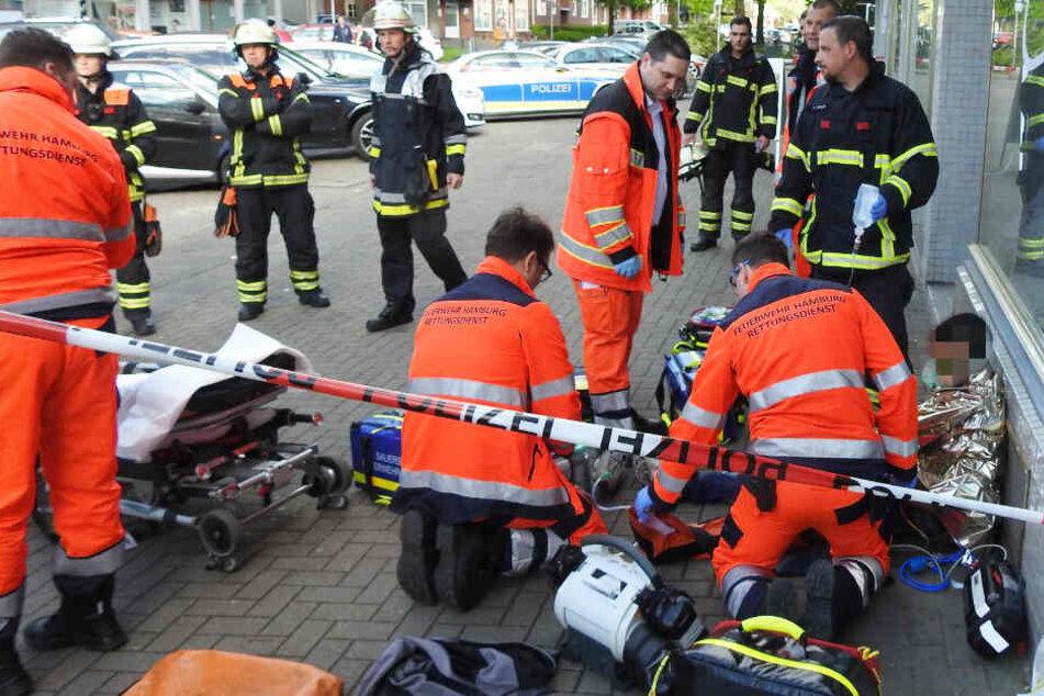 Der Rettungsdienst versorgt einen angeschossenen Mann am Boden.