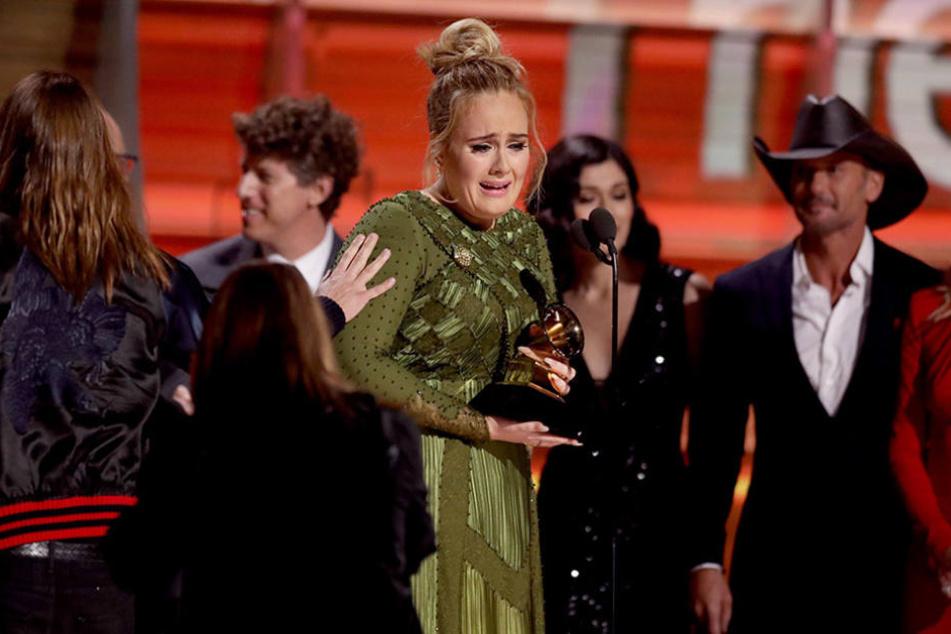 Ein Emotionaler Abend für Adele: Schon bei ihrer Performance fing die Britin an zu weinen, so auch hier bei der Dankesrede.