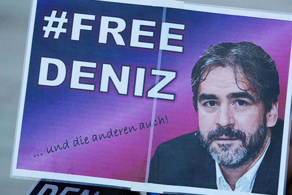 #FreeDeniz-Plakate bei einer Mahnwache Mitte Februar in Yücels Heimatstadt Flörsheim.
