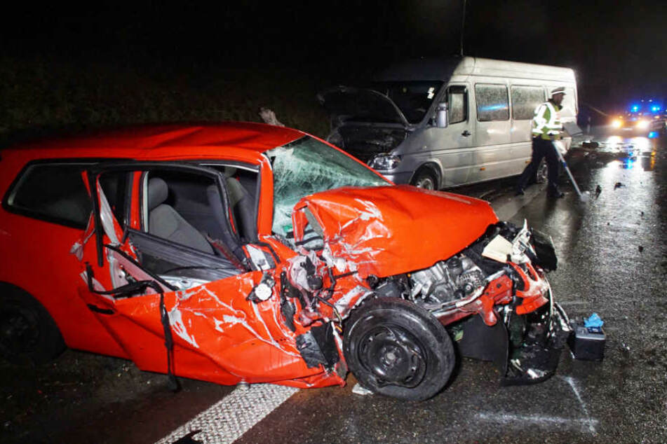 Der völlig zerstörte VW der jungen Frau, dahinter der Transporter.