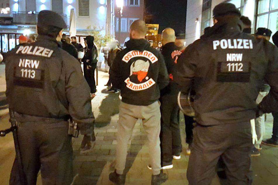 """Polizeibeamte beobachten in Neuss ein Treffen der türkischstämmigen Rockergruppe """"Osmanen Germania."""" (Symbolbild)"""