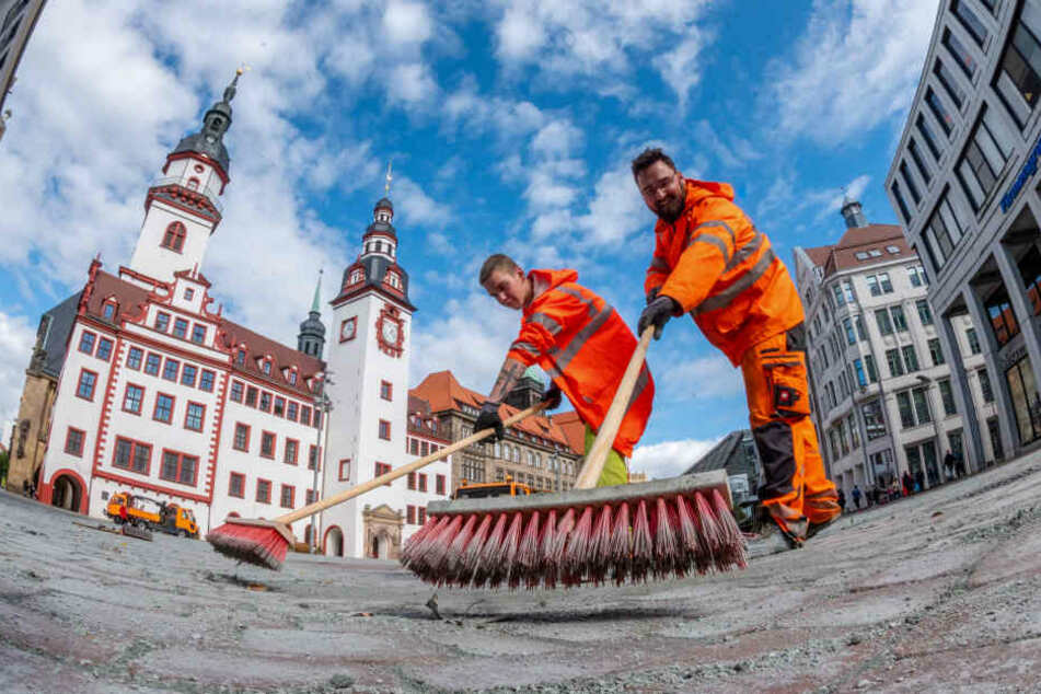 Raphael Poch (20, l.) und Philipp Schade (35) vom Tiefbauamt füllten die Fugen auf dem Markt mit Sand.