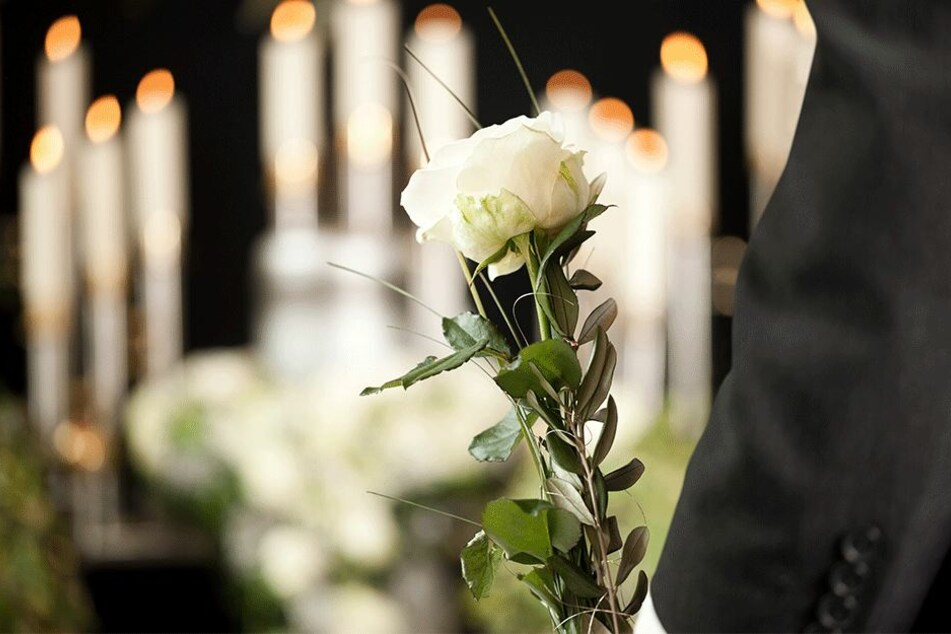 Gäste trauern auf Beerdigung um junge Frau (21): Tage später erfahren sie die bittere Wahrheit