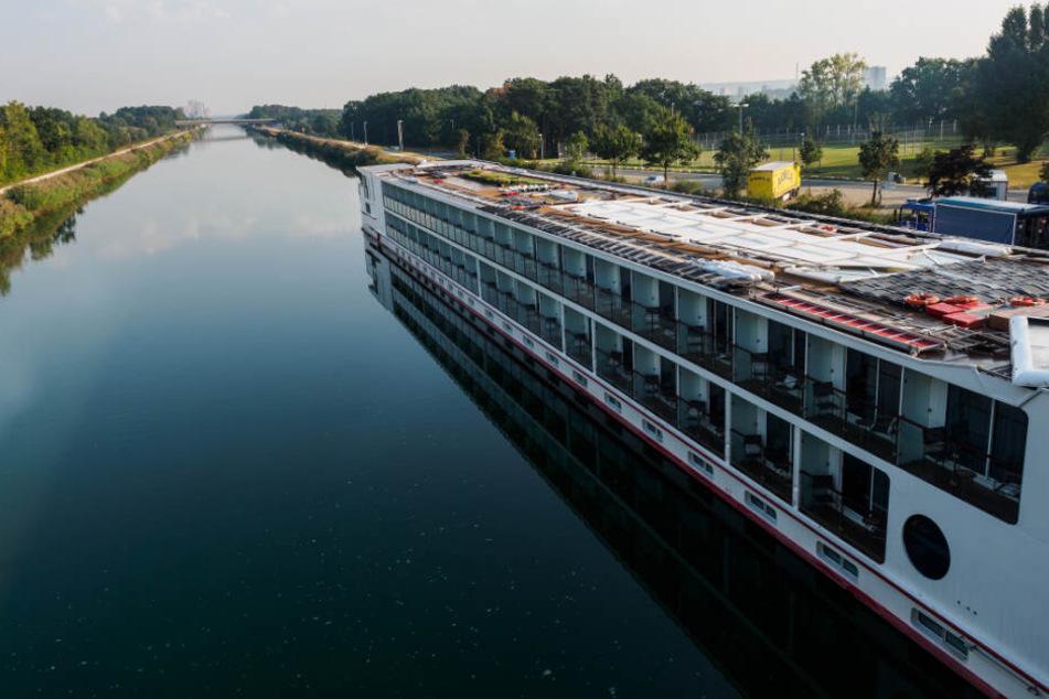 Leck in Hotelschiff! 3000 Liter Diesel fließen in den Rhein