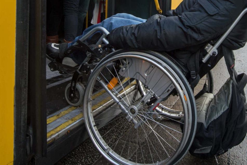 Schreckliches Drama in Bus: Rollstuhlfahrer kippt in Kurve um und stirbt