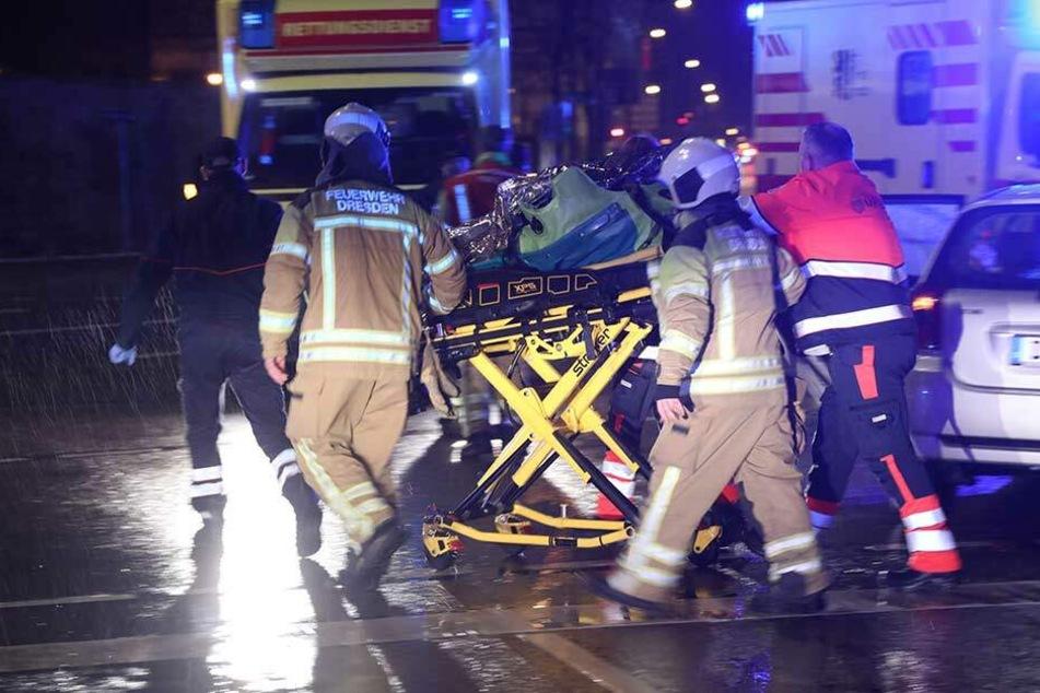 Die verletzte Beifahrerin wurde von den Rettungskräften ins Krankenhaus gebracht.