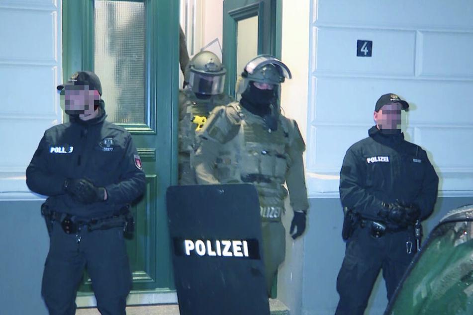 SEK Beamte verlassen das Haus nach der Razzia.