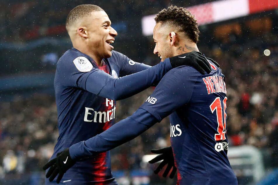 Neymar (r.) jubelt mit Mannschaftskollege Kylian Mbappe über seinen Treffer zum 6:0.