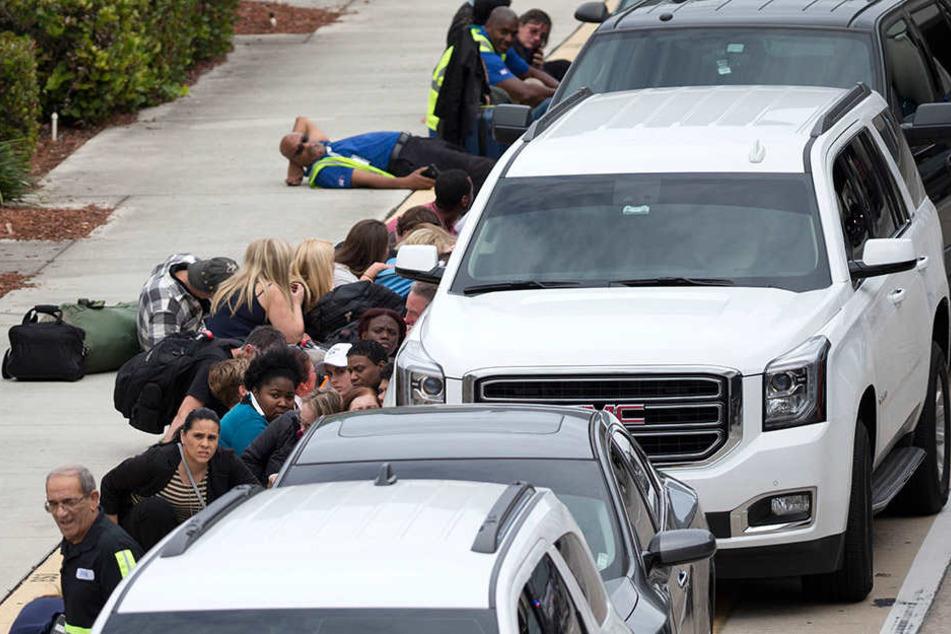 Menschen verbarrikadieren sich hinter Autos. Die Polizei sperrte alles ab.