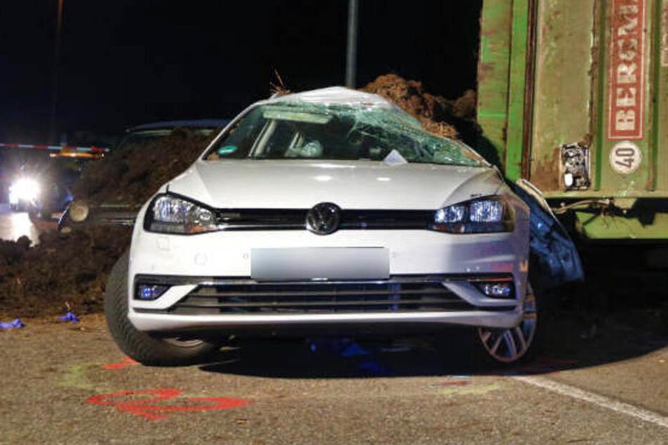 Tödliches Unglück: Mist-Anhänger kippt auf Golf und begräbt Fahrer unter sich