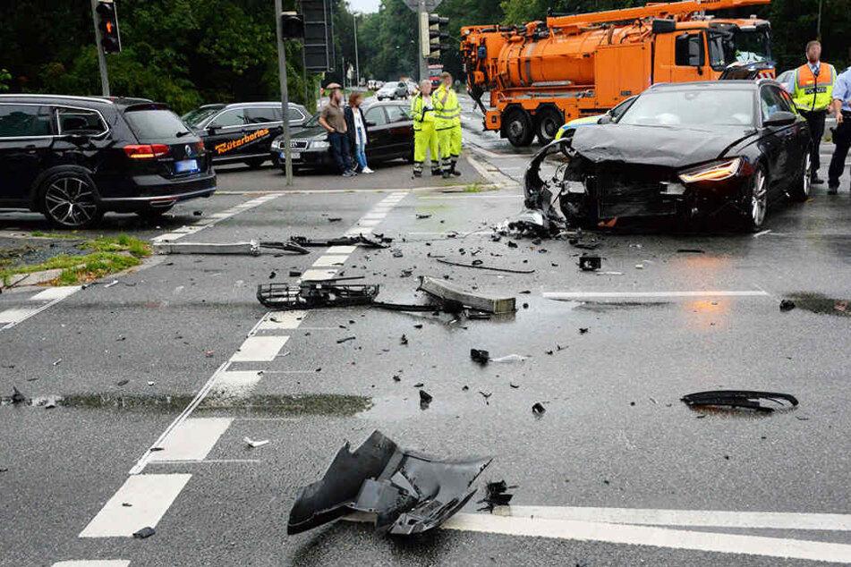 Autoteile lagen überall auf der Straße rum.