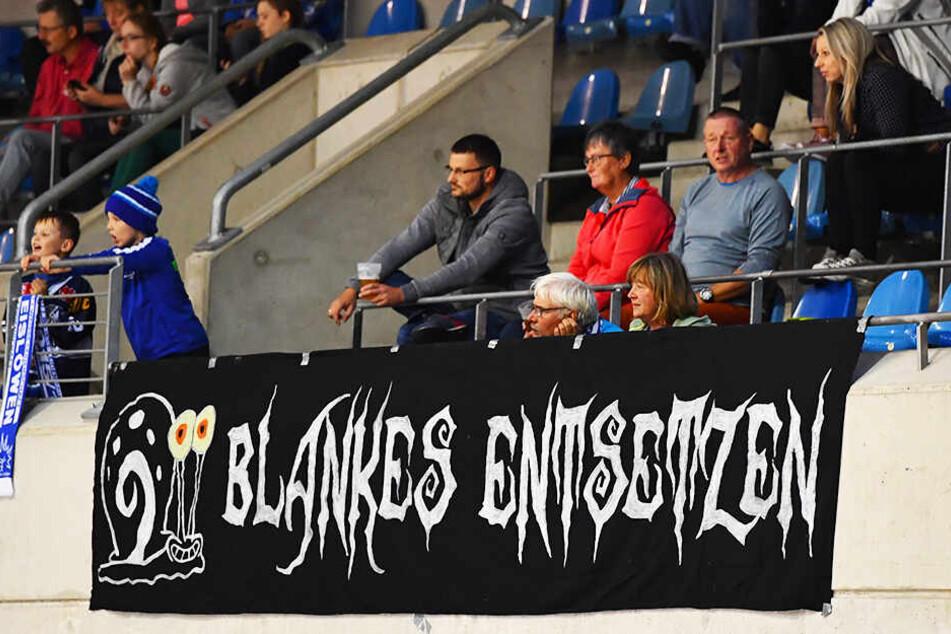 Nach dem 0:3 holten die Eislöwen-Fans dieses Banner raus. Der Auftritt ihrer Mannschaft passte perfekt dazu.