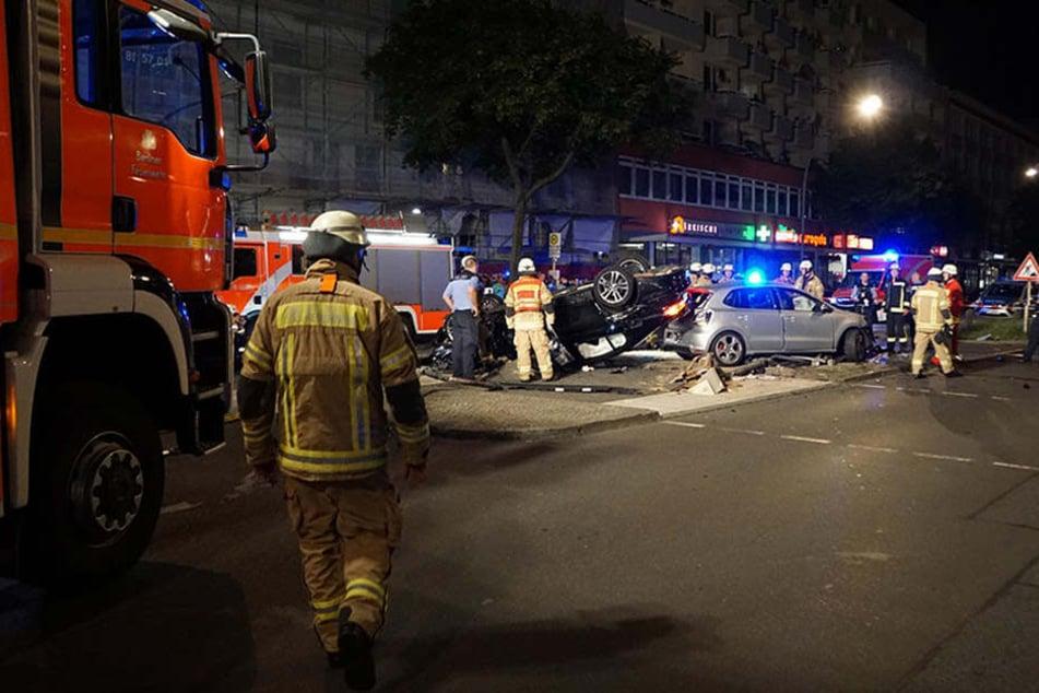 Illegales Straßenrennen in Berlin? | BMW rammt Polo von Kreuzung