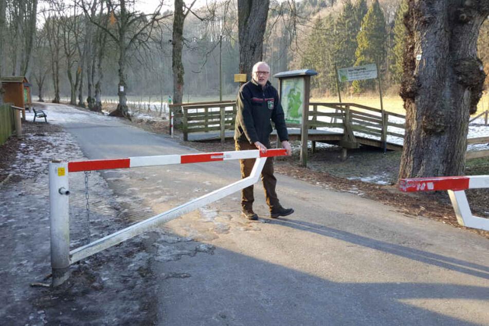 Stadtförster Klaus Wullenweber macht den Paderborner Stadtwald nach dem Sturm Friederike symbolisch an der Schranke im Haxte.