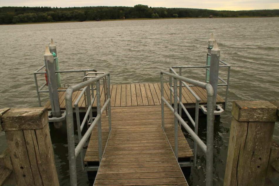Zwei Menschen hatten den Mann aus dem See gezogen (Symbolbild).
