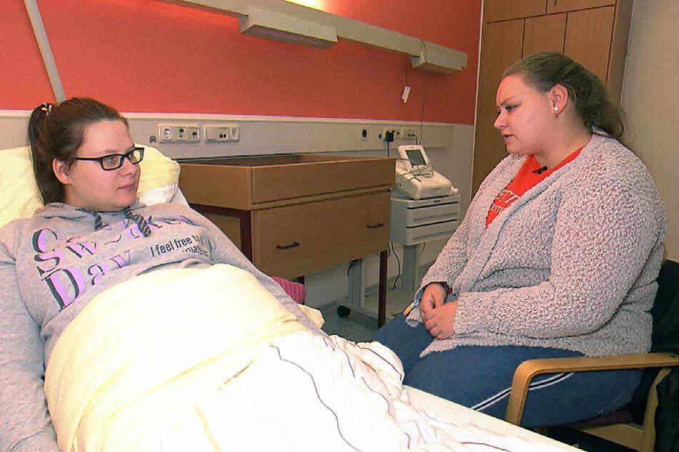 Die schwangere Calantha liegt nach starken Bauchschmerzen im Krankenhaus und bekommt Besuch von ihrer älteren Schwester Sarah-Jane, die sich um sie kümmern möchte.