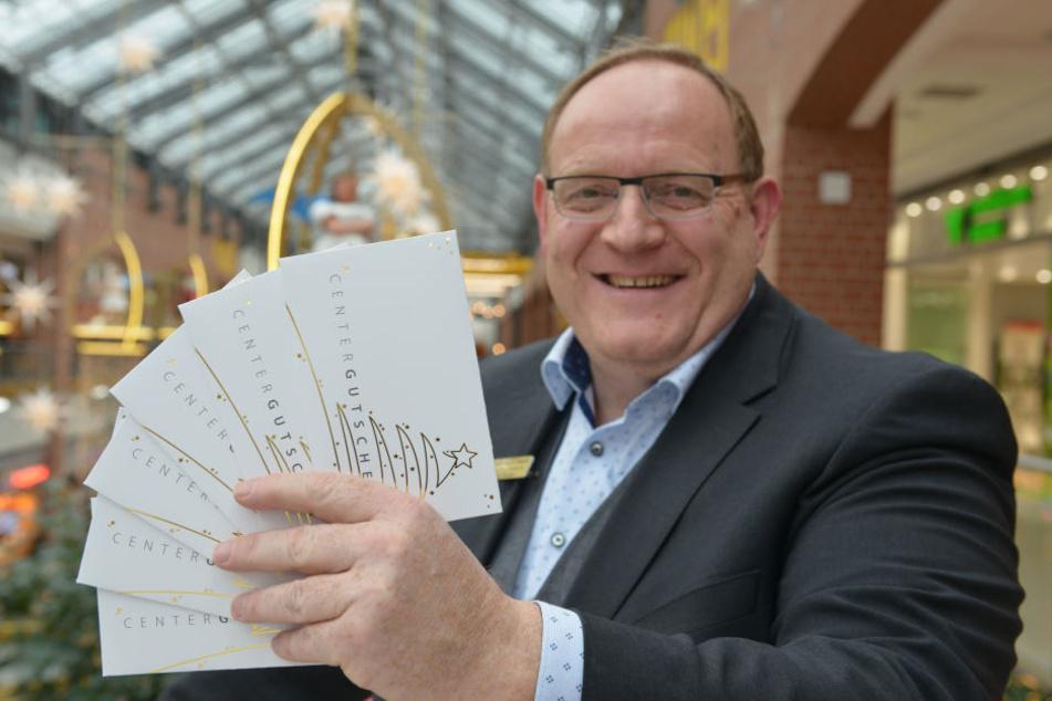 Center Manager Jörg Bliesener (51) zeigt einige Gutscheine der Sachsen-Allee.