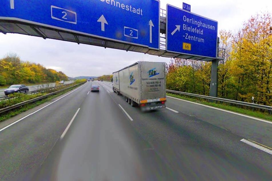 An der Abfahrt Bielefeld-Ost auf der A2 krachte es: Ein Schulbusfahrer fuhr in ein Stauende.